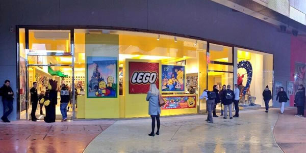 lego store disney village c 39 est ouvert et c 39 est plus cher hoth bricks. Black Bedroom Furniture Sets. Home Design Ideas