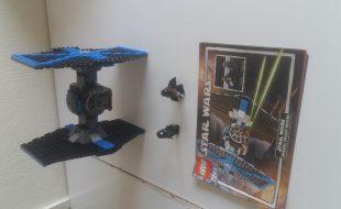 Boite lego star wars complet ( sauf la boite) avec tout d'originie. 159 pièces avec dark vador( et son sabre qui s'allume) et le pilote. Occasion et manuel en très bon état.